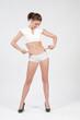 Femme au ventre plat en boxer blanc montre ses hanches