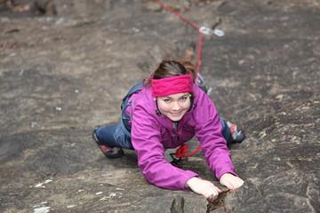 Frau klettert