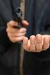 金品を要求する拳銃強盗