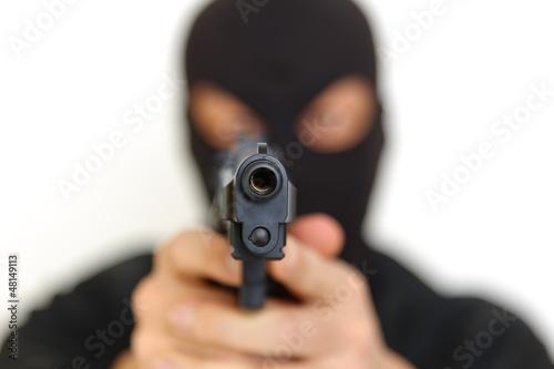 拳銃を持った覆面の男