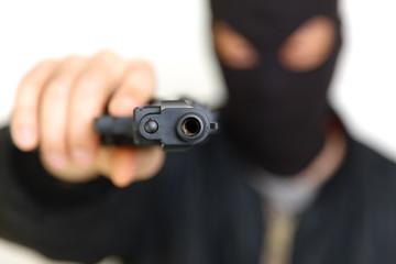 銃を持った覆面の強盗犯