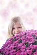 Hübsches, kleine Mädchen mit großem Blumenstrauß