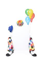 Überraschter Clown hält Werbetafel