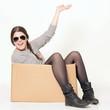 junges Mädchen sitzt in einem Karton