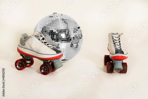 Discokugel und Rollschuhe