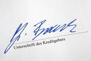 Gläubiger unterzeichnet eine Schuldverschreibung