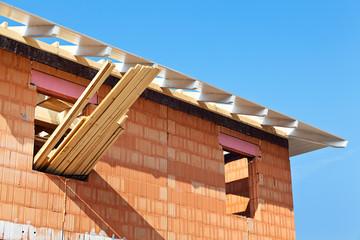 Baustelle und Rohbau eines Wohnhauses