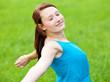 Attraktives Mädchen genießt die freie Natur