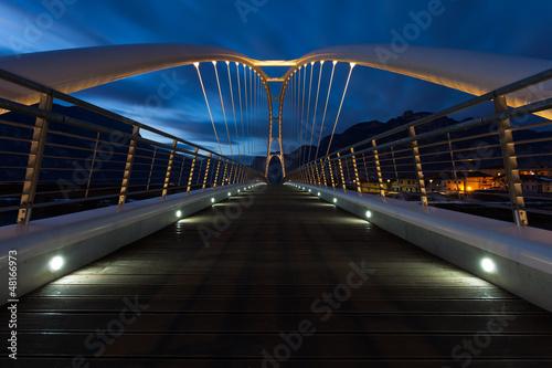 Ponte moderno illuminato