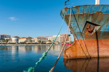 Bateau rouillé au port