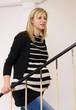 schwangere Frau beim Treppen steigen