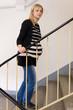 geschwächte Schwangere beim Treppe steigen