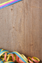 Holzbrett mit Luftschlangen
