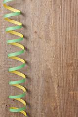 Holzbrett mit grüner Luftschlange