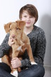 Teenager Junge umarmt  seinen Hund