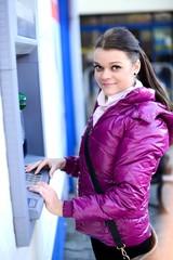 jeune femme avec ATM