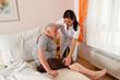 Pflegerin bei Altenpflege von Senioren im Altenheim