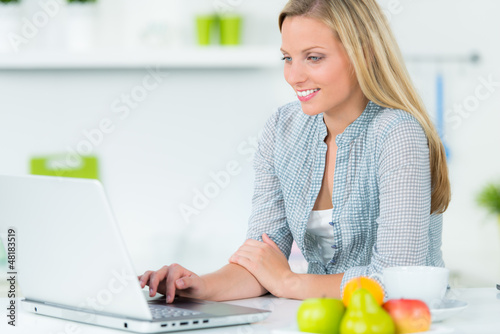 studentin recherchiert im internet