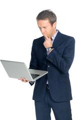 nachdenklicher geschäftsmann schaut auf sein laptop