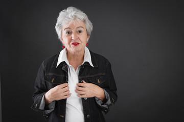 Verzweifelte ältere Dame mit grauen Haaren