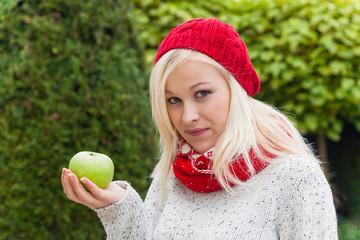 Frau mit Apfel. Vitamine im Herbst