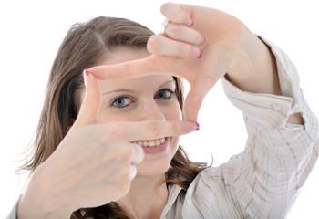 Junge Frau formt Finger zu Kasten