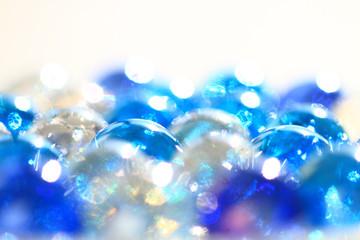 青と透明のガラス玉 白バック