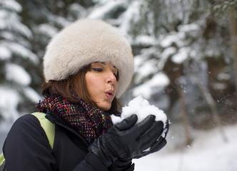 Donna bella che soffia sulla neve