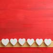 Weisse Herzen auf Holz