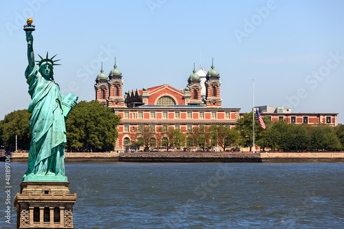 Papiers peints Statue New York City - Ellis Island and Statue of Liberty