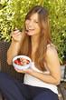 Glückliche Frau ißt Müsli