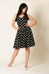 junge Frau im Kleid