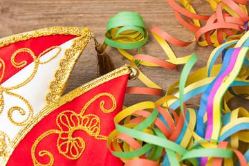 Karnevalsmütze mit Luftschlangen