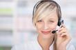freundliche apothekerin telefoniert mit headset