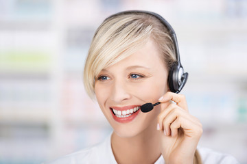apothekerin telefoniert mit headset