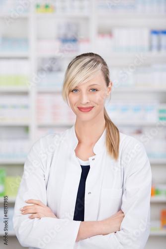 apothekerin mit verschränkten armen