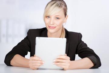 erfolgreiche geschäftsfrau mit tablet-pc