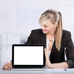 geschäftsfrau zeigt laptop-monitor