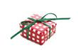 Rotkariertes Geschenk isoliert mit grüner Schleife