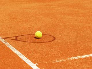 Tennisschläger Schatten mit Ball im Tenniscourt 48