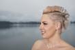 Eine junge blonde Braut mit geflochtener Frisur