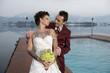 Braut mit vielen Tatoos steht mit Ehemann am Wolfgangsee