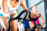 Fototapety Leute beim Spinning in einem Fitnessstudio