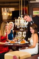 Kellner serviert Essen in einem guten Restaurant