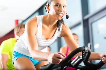 Leute beim Spinning in einem Fitnessstudio