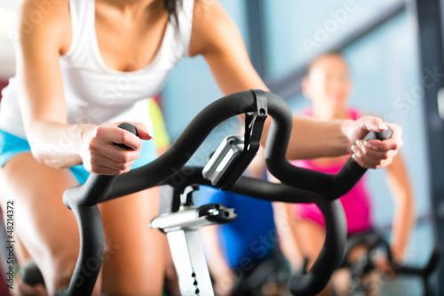 Poster, Tablou Leute beim Spinning in einem Fitnessstudio