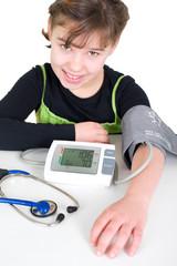 Mädchen beim Blutdruck messen