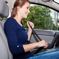 Attraktive Autofahrerin legt Sicherheitsgurt an