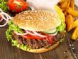Hamburger mit Kartoffelecken