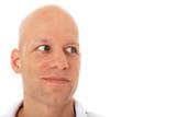 Attraktiver Mann schaut zur Seite